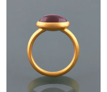 Ring in 22ct gold set with antique garnet