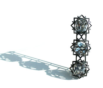 'Three Stone' – brooch in oxidised silver with kinetic cubic zirconia