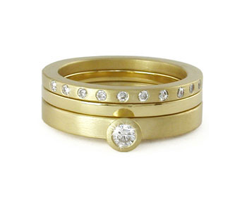Set of three rings in 18ct yellow gold with diamonds