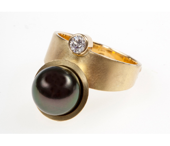 18ct gold ring with Tahitian pearl and diamond