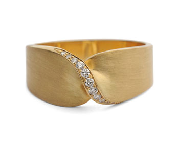 Twist ring in 18ct brushed gold set wth diamonds