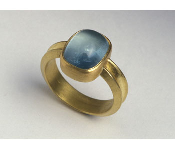 Ring in 18ct gold set with aquamarine