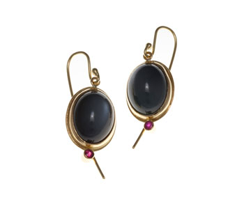 Oval earrings in 18ct gold with grey moonstone and rubies
