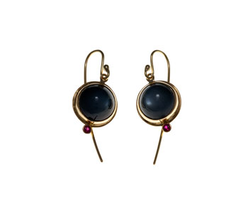 Round earrings in 18ct gold with grey moonstones and rubies