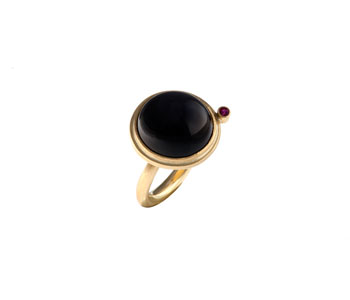 Round ring in 18ct gold and grey moonstone and ruby