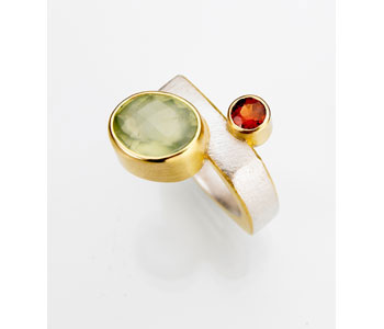 Ring in silver and 22ct gold set with garnet and phrenite