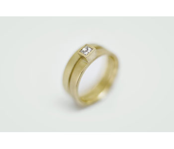 Rings in 18ct gold set with diamond
